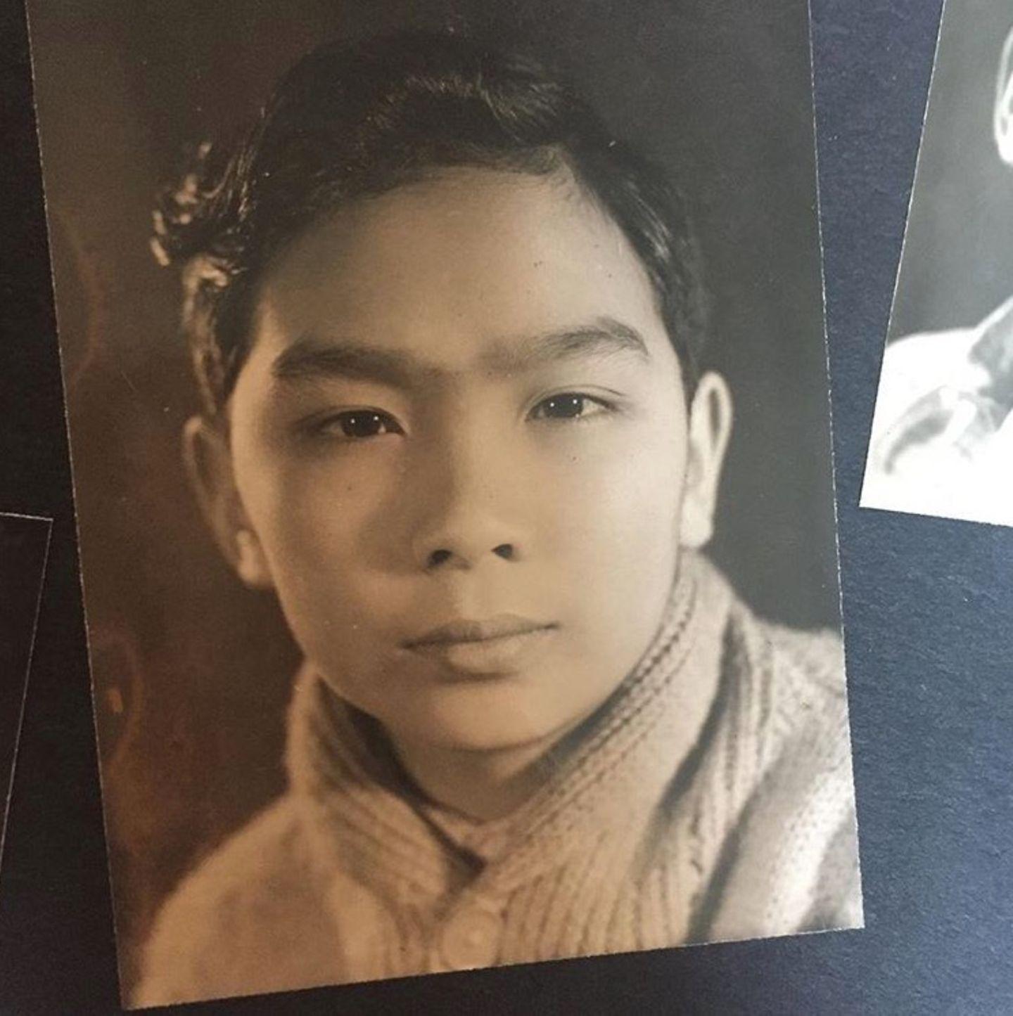 """Mit diesem Jugendfoto ihres Vater Philip, grüßt Model Alexa Chung zum Vatertag. """"Danke für die Augenbrauen"""", postet sie scherzend dazu."""