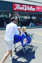 Auf zum Einkauf! Super-Papa Liev Schreiber weiß genau, wie er seine Jungs bei einem langweiligen Besuch im Supermarkt bei Laune hält.