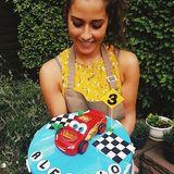 Zu Alessios dritten Geburtstag hat Sarah Lombardi eine grandiose Torte für das Geburtstagskindgebacken. Stolz präsentiert die talentierte Hobbybäckerin ihr Werk.