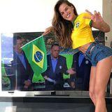 Model Izabel Gourlat stimmt sich für das Brasilien-Spiel ein.