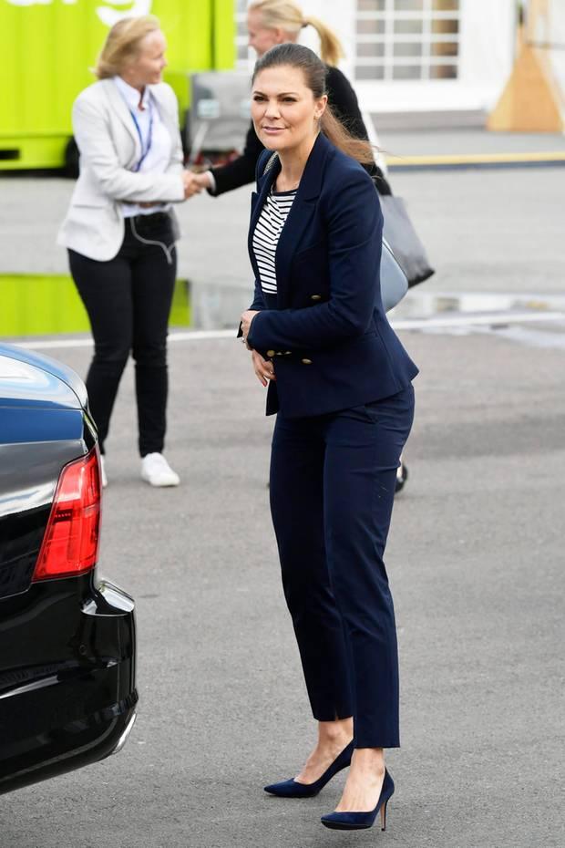 Zum Ocean Summit in Göteborg erscheint Prinzessin Victoria in einem dunkelblauen Business-Look. Besonders ihre High Heels sind ein absoluter Hingucker. Ihre XL-Absätze werden ihr allerdings noch zum Verhängnis ...