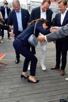 Peinliches Mode-Malheur! Victoria bleibt mit dem Absatz ihres rechten Heels nämlich zwischen den Holzdielen stecken.