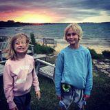 """18. Juni 2018   """"Der beste Vatertag"""", postet Liev Schreiber stolz zu dem stimmungsvollen Foto seiner Kids vor einem farbenfrohen Sonnenuntergang."""