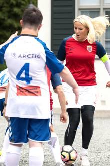 18. Juni 2018  Prinzessin Mette-Marit zeigt vollen Einsatz beim Fußball-Freundschaftsspiel zwischen Team Skaugum und Nordstrand Allsport.