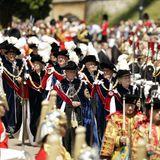 """18. Juni 2018  Die britische Königsfamilie beim """"Order of the Garter""""-Gottesdienst: Lady Companion Dame Mary Fagan (vorne rechts) undAlan Brooke, 3. Viscount Brookeborough (vorne links) gehen beim Eintreffen des Ordens voraus."""