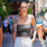 Normalerweise rockt sie den Laufsteg, jetzt sorgt ModelGigi Hadid auch beimSpaziergang durch den Big Apple für Aufsehen. Denn bei den sommerlichen Temperaturen in New York zeigt sie sich ganz schön freizügig und BH-los in einem sehr dünnen Sommertop.Aber hey, wer kann, der kann!
