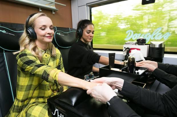 Janin Ullmann und Nilam Farooq genießen eine Handmassage auf dem Weg nach Berlin