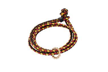 """Hübsches Anhängsel: Das schwarz-rot-gelbe Armband von Wempe ist in Kombinationmit dem """"Helioro xs by Kim""""-Anhänger aus Roségoldein richtig edler Fan-Artikel mit Stil. Armband ca. 50 Euro, Anhänger ca. 725 Euro."""