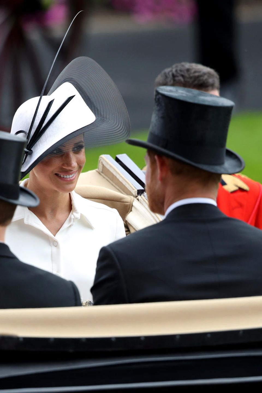 Herzogin Meghan (r.) und Gräfin Sophie (l.) fahren mit ihren Männern Prinz Harry (v.r.) und Prinz Edward (v.l.) mit der Kutsche in Ascot vor