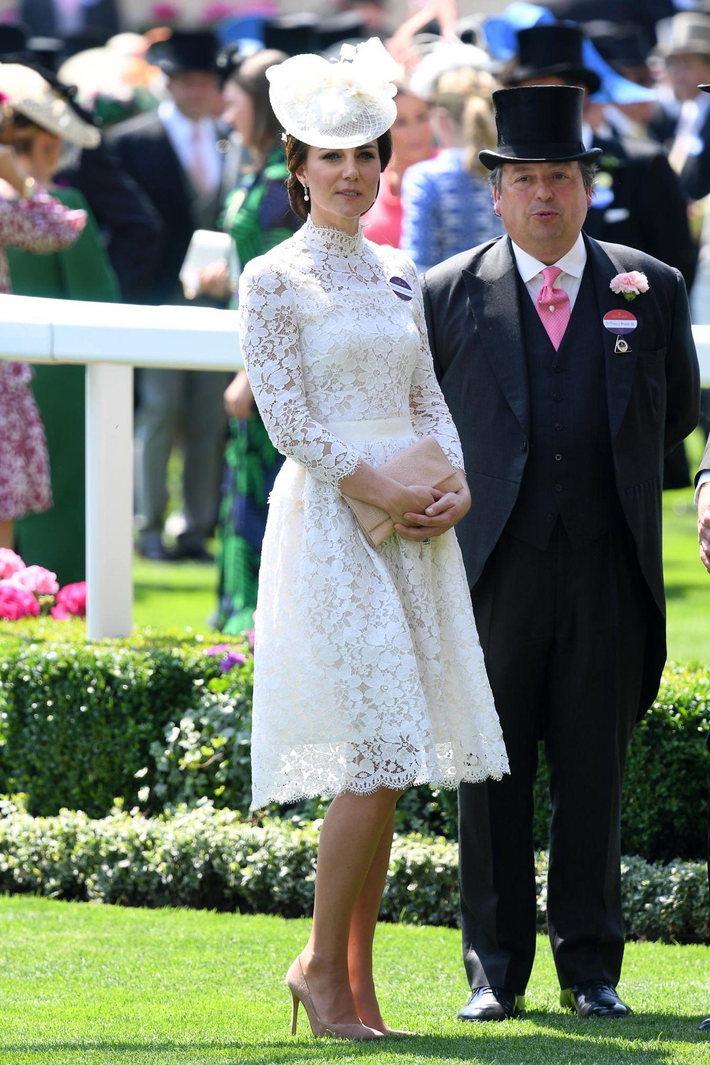 2017 istKate ihrem Ascot-Look treu geblieben. Wie bereits bei ihrem Debüt im Jahr 2016, trug die Ehefrau von Prinz William bei dem Pferderennen im britischen Ort Ascot erneut ein weißes Kleid aus Spitze. Ob Meghan das nächste Mal ebenfalls zu einem weißen Kleid greifen wird, sehen wir dann hoffentlich im nächsten Jahr.