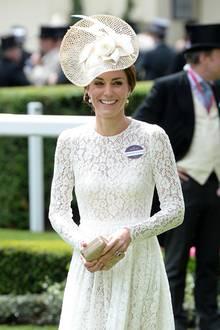 2016 feierte Herzogin Meghan ihr Ascot-Debüt in einem weißen Spitzen-Kleid. Haben sich Meghan und Kate etwa abgesprochen? Denn zumindest Catherine scheint für das royale Pferderennen einen ganz bestimmten Look bzw. Farbe zu bevorzugen.