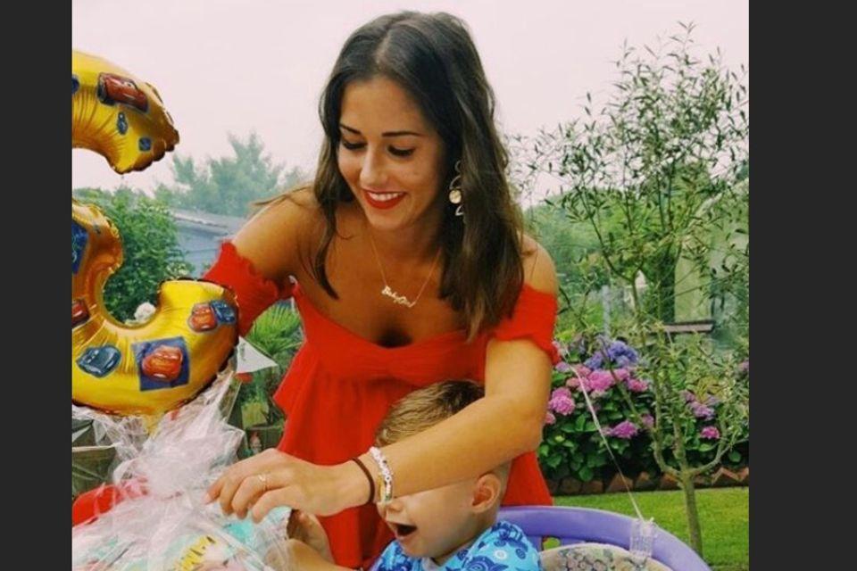 Sarah Lombardi und ihr Sohn Alessio packen zusammen Geburtstagsgeschenke aus.