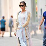 Denn nur kurz zuvor sieht man sie in diesem pastelligen Outfit, das mehrere zarte Töne miteinander vereint.
