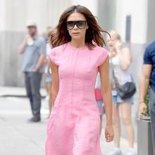 Posh in Pink - das hat man bisherselten gesehen. Lieber setzt Victoria Beckham ja auf ihre dunklen Monochrome-Looks. Doch in letzter Zeit scheint sie farb-verliebt.