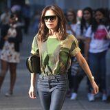 Nicht ganz so farbenfroh, aber auch irgendwie anders als sonst: Victoria Beckham in einem Camouflage-Oberteil und Jeans.