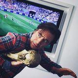 Wer hat denn da die begehrte Fußballtrophäe geklaut? Michael Bully Herbig erlaubt sich auf seinen Instagram-Account einen Scherz.