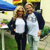 Katja Burkhard und Paul Janke haben sich schon bestens auf das Spiel der deutschen Nationalmannschaft vorbereitet.