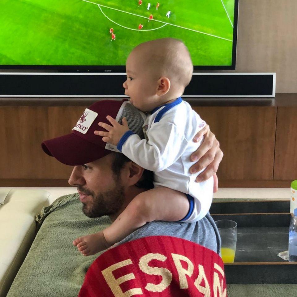 Das WM-Fieber packt sogar die goldigsten Promi-Babys! Enrique Iglesias uns Söhncgen Nicholas feuern das spanische Team an.
