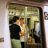 Mit seinem Sohn Atticus Parker (links) nutzt Hollywoodstar Billy Crudup die New Yorker U-Bahn. Die Fahrgäste scheinen keine Notiz von seiner Anwesenheit zu nehmen, was dem Schauspieler nur recht sein dürfte.