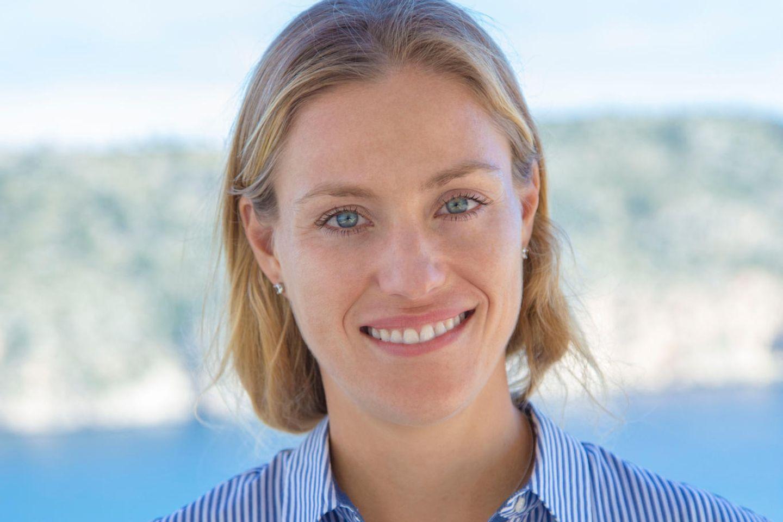 """Zum GALA-Interviewmit Luise Wackerl kam Angelique Kerber direkt vom Training. Ihre """"Glückskette""""mit einem Kranz aus Brillanten trägt sie nicht bei Spielen, sondern auch privat."""