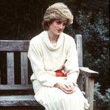 Prinzessin Diana beweist schon früh Stilsicherheit und Modebewusstsein: Zu einem cremefarbenen Plisseerock kombiniert sie einen hellen Strickpullover und derbe, braune Boots.