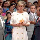 Auch Prinzessin Diana setzt auf den eleganten Stil eines solchen Kleides: Sie entscheidet sich für eine doppelreihige, goldene Knopfleiste und schwarz-weiße Pumps.