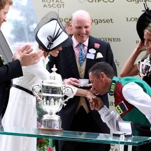 JockeyFrankie Dettori gibt Herzogin Meghan einen Handkuss - und Prinz Harry bleibt nur die Rolle des Zaungastes