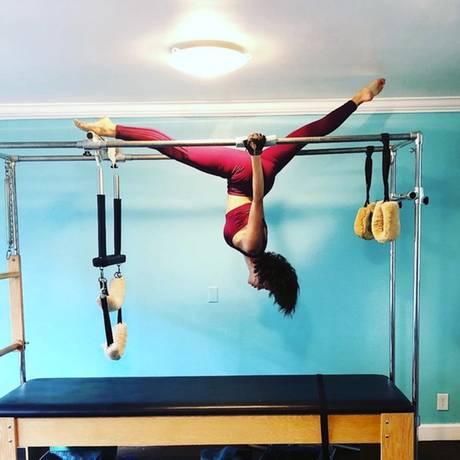 """Welcher Star steht hier wohl Kopf? Die Schauspielerin Jenna Dewan trainiert an einem """"Pilates Reformer"""" und das sieht ganz schön professionell aus."""