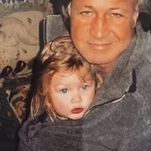 Gigi Hadid  Erkennen Sie diesen süßen Fratz mit den großen Kulleraugen, der sich an seinen Papa kuschelt?Es handelt sich hierbei um niemand Geringeren als das Supermodel Gigi Hadid.