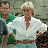 Auch Prinzessin Diana weiß, wie sie das schicke, weiße Hemd cool stylt und kombiniert es aufgeknöpft zu Jeans und breitem Gürtel.