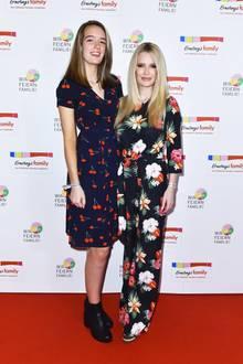 Blumiges Mutter-Tochter-Gespannt: Mirja du Mont und Tochter Tara scheinen einen ähnlichen Modegeschmack zu haben. Auf dem Red Carpet der Ernsting's Family Fashion Show in Hamburg posieren sie auf jeden Fall in floralen Outfits für die Fotografen.