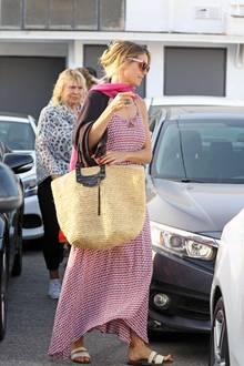 Heidi Klum verlässt in den frühen Morgenstundeneinen Friseursalon in Beverly Hills – und das geht natürlich auch bestens in Sommerkleid und Sandalen.Anschließend wird sich das Model aber bestimmt wiederherausputzen.