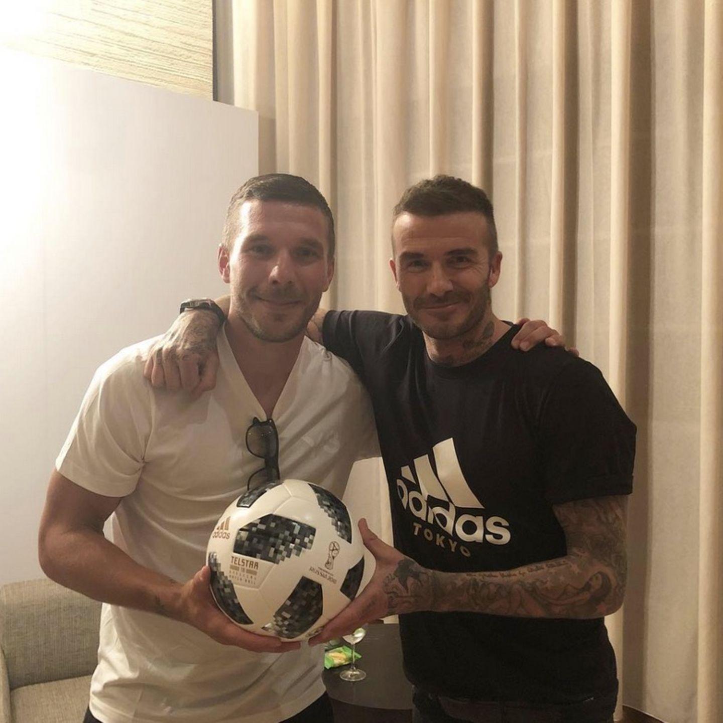 Lukas Podolski und David Beckham  Zwei Männer und eine Leidenschaft: Fußball!Auf diesem Foto vereinen sich zwei der wohl bekanntesten Gesichter der neueren Fußballgeschichte:Lukas Podolski und David Beckham posieren für die Kamera.