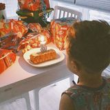 19. Juni 2018  Alessio entdeckt seinen Geburtstagstisch. Viele Geschenke warten auf den jetzt Dreijährigen.