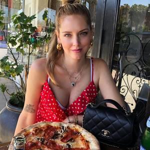 Wenn es um eine gute Pizza geht, kann man eine waschechte Italienerin nicht an der Nase herumführen. Chiara Ferragni weiß, was eine perfekte Steinofenpizza ausmacht und hat offensichtlich auch in weiter Ferne einen guten Italiener gefunden. Der Schnappschuss entsteht nämlichin einem Restaurant in Los Angeles – da kommt garantiert etwas Heimatgefühl auf!