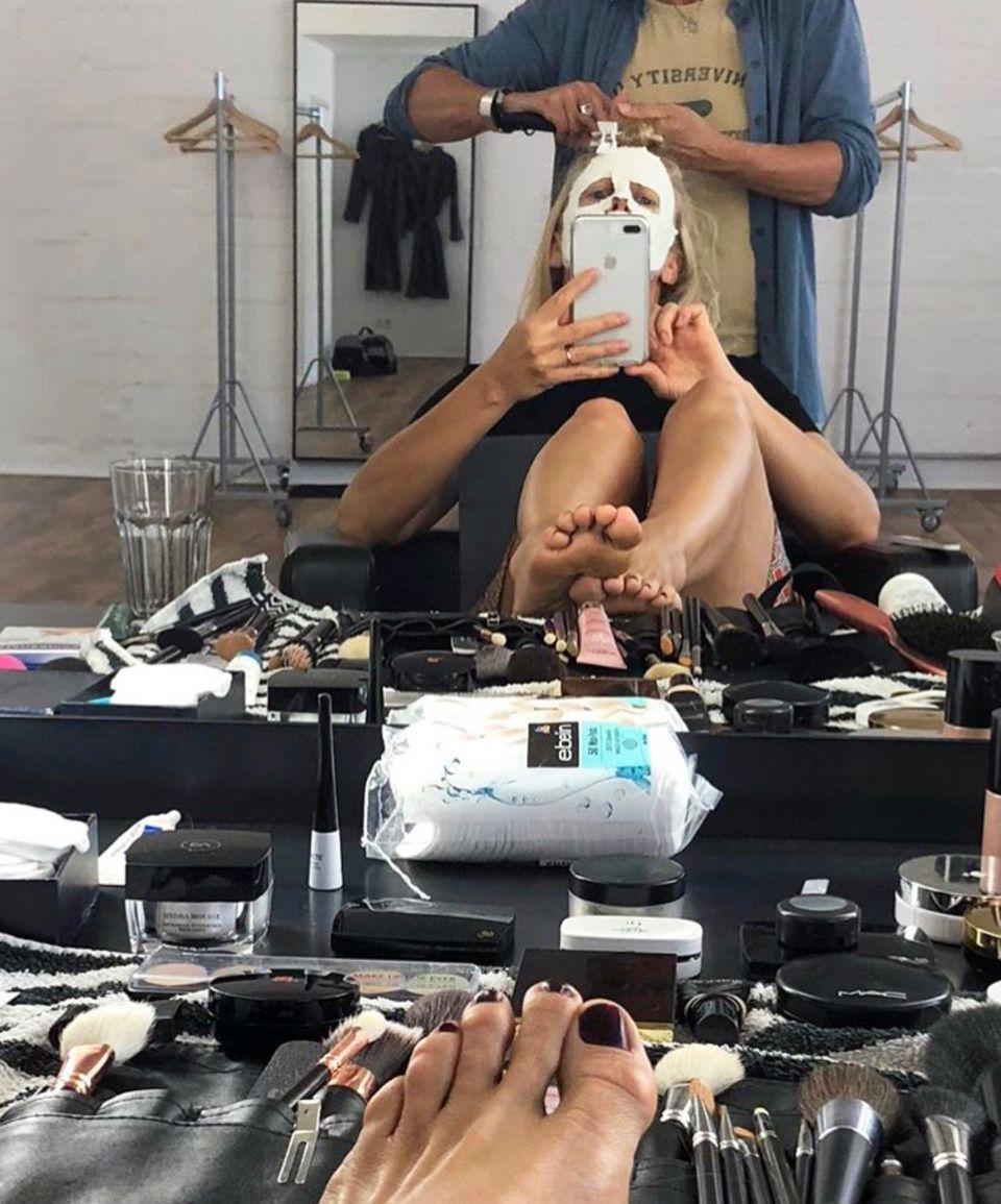 Mindestens genauso unterhaltsam wie ihre Moderationen sind Barbara Schönebergers Instagram-Posts. Der beliebte TV-Star gewährt auf dem Kanal regelmäßig Einblicke in ihren Alltag als Moderatorin und Sängerin. Hier schickt sie Grüße aus Maske, in Form eines witzigen Selfies.
