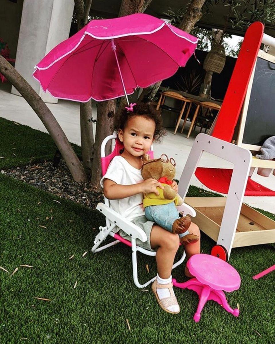 21. Juni 2018  Chrissy Teigen teilt diesen zuckersüßen Schnappschuss von Tochter Luna. Die Zweijährige hat es sich, mit einem Plüschtier in einem pinken Campingstuhl gemütlich gemacht.