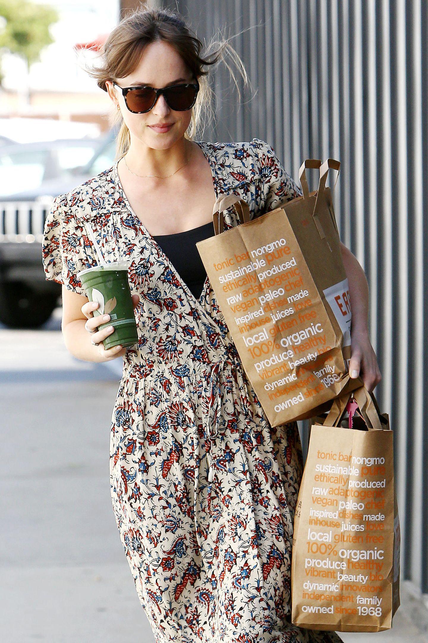 """17. Juni 2018  Vollbepackt mit Einkäufen und einen gesunden Smoothie schlendert """"Shades of Grey""""-Star Dakota Johnson durch Los Angeles."""