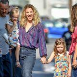 """Etwas skeptisch scheinen Drew Barrymores süße Töchter Olive (l.) und Frankie beim Anblick der Fotografen vor dem Studio der """"Jimmy Kimmel Live""""-Show zu sein, in ihren farbenfrohen Blumenkleidern sehen die beiden aber umso niedlicher und mindestens so entspannt wie ihre gutgelaunte Mama aus."""