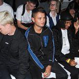 Jude Laws Sohn Rafferty Law schreitet gerne mal selbst über den Laufsteg, bei der Show von What We Wear während der Men's Fashion Week in London holt er sich aber lieber Fashion-Inspirationen aus der ersten Reihe.