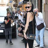 Caro Daur zieht als Front-Row-Gast der Versace-Show die Blicke der Mailänder Fotografen auf sich.
