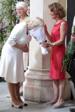 Was duftet denn da so gut? Herzogin Camilla scheint ganz hingerissen von dem Duft der Blumen, sodass sie gleich ihr gesamtes Gesicht in das Blumenbouquet steckt.