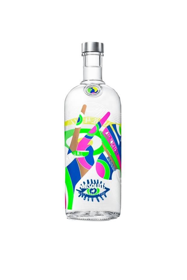 Happy Friday! Wir feiern heute den Start ins Wochenende mit der neuen Limited Edition von Absolut Vodka. Der schwedische Illustrator Kari Modénhat der klassischen Flasche ein modernes Design verpasst. Cheers!