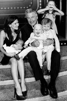 17. Juni 2018  Zum Vatertag teilt Hilaria Baldwin die frisch gebackene Vierfach-Mama Hilaria Baldwin ein süßes Familienfoto auf Instagram.