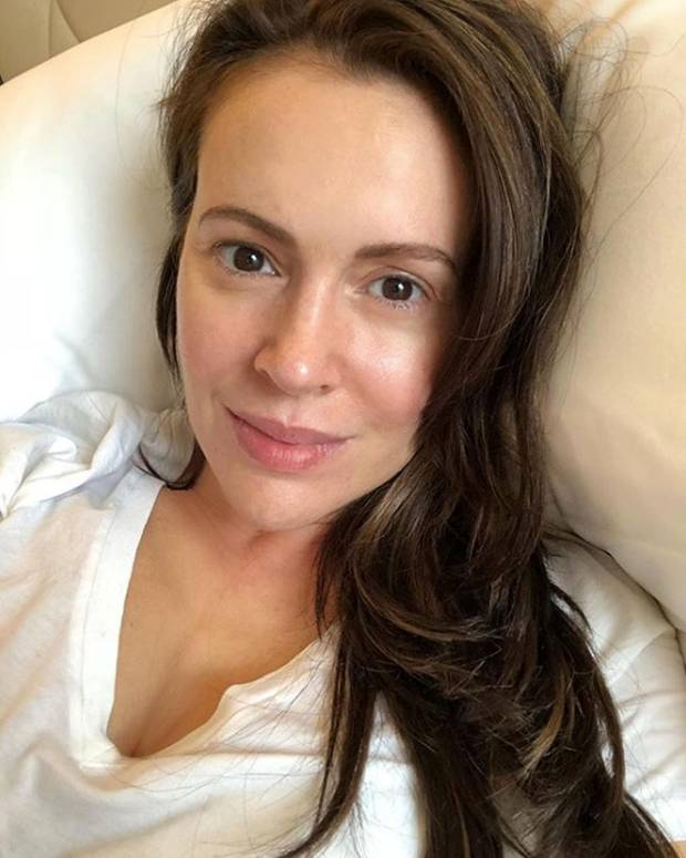 """Das ist doch glatt zum neidisch werden: Mit Mitte 40 sieht """"Charmed""""-Star Alyssa Milano auf diesem Bett-Selfie ganz ungeschminkt doch fast 20 Jahre jünger aus."""