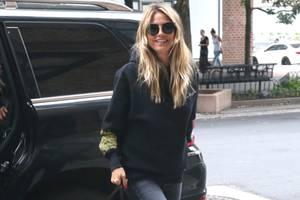 In einem schwarzen Hoodie und dunkler Jeans ist die Modelmama in New York unterwegs. Das an sich lässige Outfit peppt sie mit schwarzen Schnürboots auf. Wow!