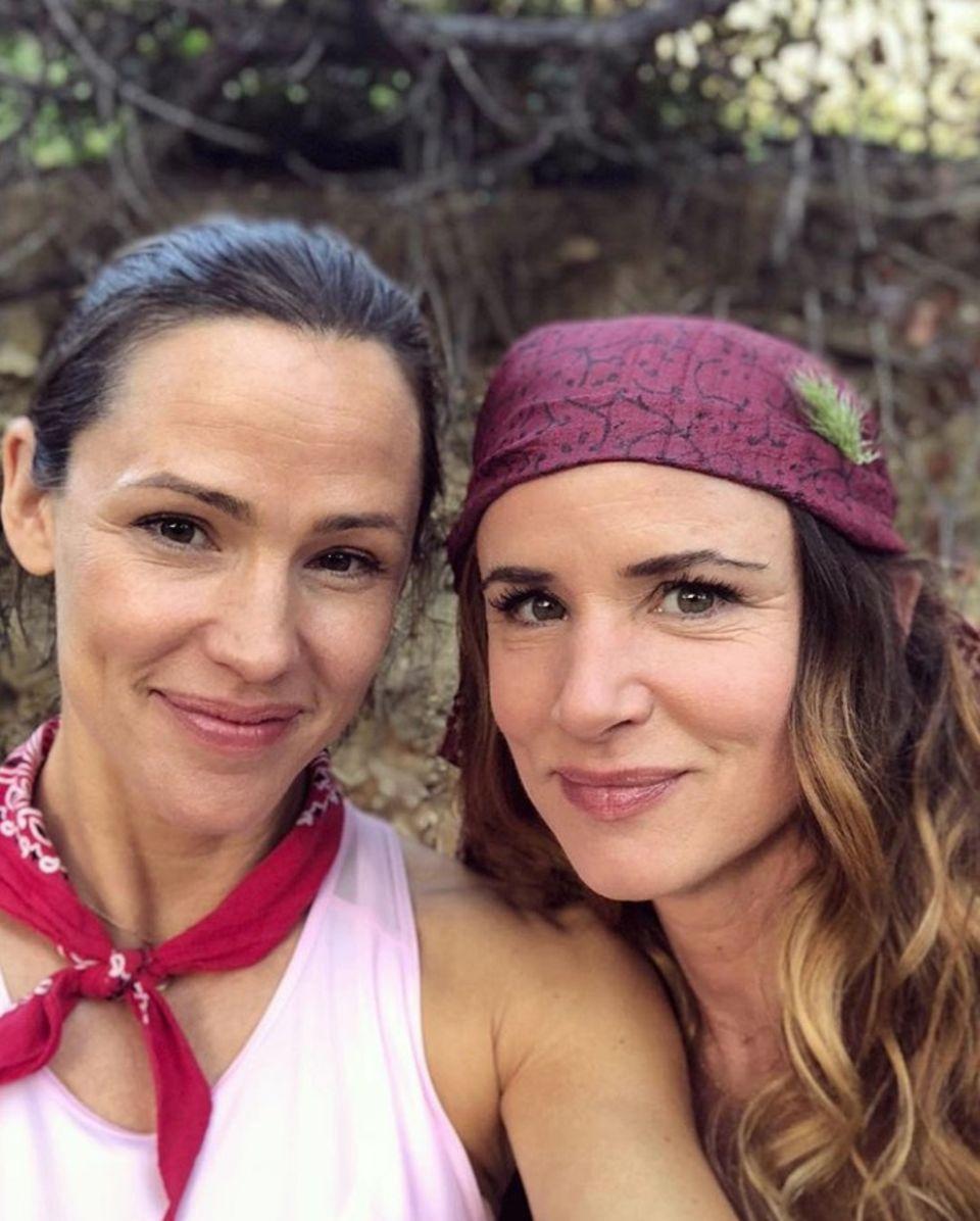 Nein, das sind nicht Schwestern: Die Schauspielerinnen Jennifer Garnerund Juliette Lewis verbindet eine enge Freundschaft. Garner beschreibt Lewis mit den liebevollen Worten: wunderschön, zäh und nicht von dieser Welt.