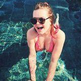 """Mit einem kecken Lächeln und einer coolen Sonnenbrille setzt sich die Monegassin im Pool in Szene. Dazu schreibt sie nur; """"Lass den Sommer beginnen"""". Die Sonne genießt die 19-Jährige auch auf der Liege."""