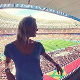 Ex-Skirennläuferin Maria Höfl-Riesch bestaunt das Fußballstadion in Luschniki.