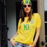 Die Fans der brasilianischen Nationalmannschaft zeigen sich optisch weltmeisterlich: Supermodel Alessandra Ambrosio ist da keine Ausnahme.